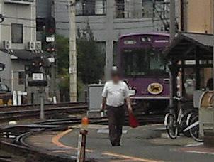 嵐電西院車庫の車両入換で旗を持つ駅員さん20150916