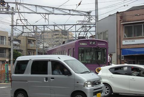 嵐電西院車庫の車両入換で運転席を移動する運転士さん20150916